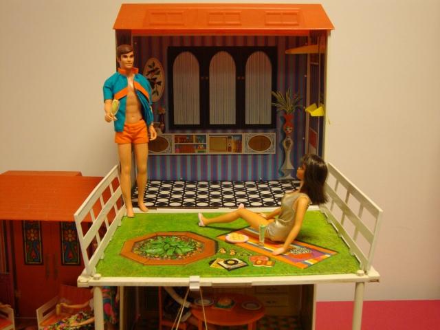 Ken e Barbie pegando um solzinho